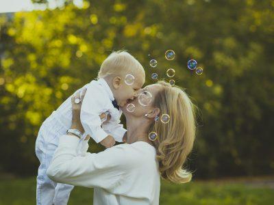foto madre bebe pompas